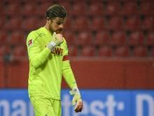 Kölns Timo Horn verlässt nach einem Spiel mit hängendem Kopf den Platz