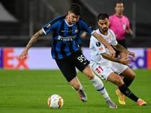 Italiens Alessandro Bastoni (hier im Inter-Trikot, l.) und Sevillas Suso im Zweikampf um den Ball