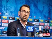 Michael Preetz, Geschäftsführer Bereiche Sport, Kommunikation/Medien von Hertha BSC, spricht auf dem Podium