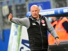 Düsseldorfs Trainer Uwe Rösler gibt Anweisungen