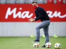 Jens Scheuer, Trainer vom FC Bayern München, beobachtet seine Spielerinnen beim Aufwärmen