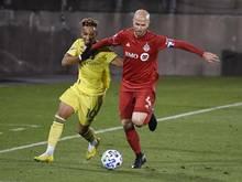 Hany Mukhtar (l) vom Nashville SC versucht Michael Bradley vom Toronto FC den Ball abzunehmen