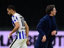 Rücken zugedreht: Matheus Cunha (l.) und Hertha-Trainer Bruno Labbadia