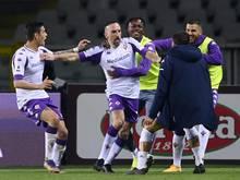Franck Ribery (M) vom AC Florenz jubelt über seinen Treffer in Turin