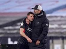 Liverpools Trainer Jürgen Klopp (r) umarmt James Milner (l) an der Seitenlinie