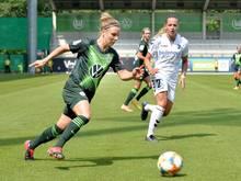 Svenja Huth (l.) steht seit 2019 beim VfL Wolfsburg unter Vertrag