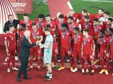 FIFA-Boss Gianni Infantino (l)überreicht Bayern-Kapitän Manuel Neuer den Pokal der Klub-WM