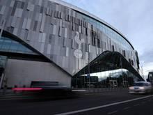 Das Logo von Tottenham Hotspur prangt an derFassade des heimischen Stadions