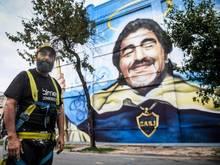 Alfredo Segatori in Buenos Aires vor seinem Wandgemälde im ViertelLa Boca. Foto: Fernando Gens/dpa