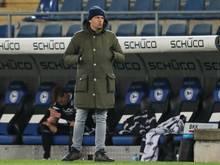 Bielefelds Geschäftsführer Sport Samir Arabi steht bei Spielende an der Seitenauslinie