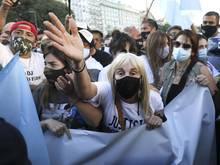 An dem Protest nahmen auch Maradonas ehemalige Frau Claudia Villafañe (M.) und die Töchter Dalma und Gianinna teil