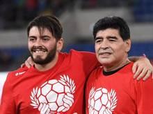 Maradona (r.) 2016 mit seinem Sohn Diego Maradona Jr. bei einem Benefizspiel