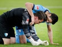 Der Bochumer Torhüter Manuel Riemann (l.) wird von Mitspieler Anthony Losilla umarmt