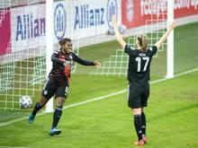 Lineth Beerensteyn (l) und Klara Bühl vom FC Bayern München jubeln über den Treffer zum 2:0