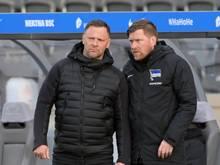"""Hertha-Trainer Pál Dárdai (l) im Gespräch mit Co-Trainer Andreas """"Zecke"""" Neuendorf"""