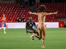 Nackte Tatsachen:Ein Flitzer beim Geister-Europa-League-Spiel FC Granada gegen Manchester United