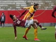 Lina Magull (l) beim Länderspiel im Zweikampf mit Alanna Kennedy aus Australien