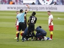 Stuttgarts Mittelfeldspieler Naouirou Ahamada (M.) bekommt die rote Karte wegen rohen Spiels