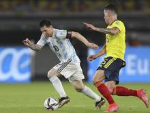 Kolumbiens Matheus Uribe jagt Argentiniens Lionel Messi
