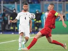 Der Türke Burak Yilmaz (r) gegen Leonardo Spinazzola aus Italien in Aktion