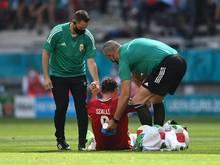 Betreuer helfen Ungarns verletztem Adam Szalai auf