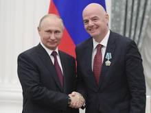 Russlands Präsident Wladimir Putin (l.) und UEFA-Präsident Gianni Infantino bei einem Treffen im Kreml 2019