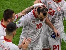 Goran Pandev (M) reagiert bei seiner Auswechslung emotional. Nach 122 Spielen beendet der Stürmer seine Nationalmannschaftskarriere