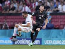 Kroatiens Ante Rebic (r) im Zweikampf mit Spaniens Koke während des Spiels