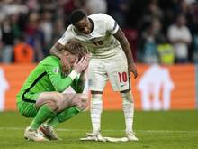 Englands Raheem Sterling (r.) trat nicht beim Elfmeterschießen an