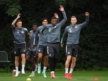 Deutschlands Fußballer um Benjamin Henrichs (2.v.r) haben zum Olympia-Auftakt gleich Brasilien vor der Brust
