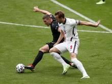 Robin Gosens (l.) im Zweikampf mit Englands Harry Kane