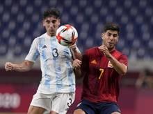 Der Argentinier Claudio Bravo (l) im Zweikampf mit Spaniens Marco Asensio