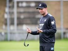 Hoffenheims Trainer Sebastian Hoeneß erteilt seiner Mannschaft auf dem Platz Anweisungen