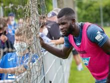 Bebou nimmt sich nach dem Trainingsauftakt der TSG Zeit für Fotowünsche der Fans - derzeit befindet sich der Stürmer in häuslicher Quarantäne