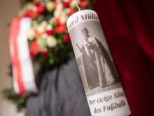 Eine Kerze erinnert an Gerd Müller
