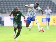 Lukebakio (re.) schließt sich dem VfL Wolfsburg an