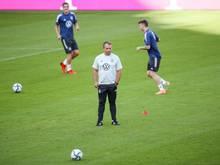 Bundestrainer Hansi Flick (M) verfolgt das Training der deutschen Nationalmannschaft