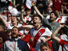 Fans von River Plate jubeln vor dem Spiel gegen die Boca Juniors