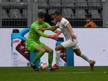 Der FC Augsburg muss vorerst auf Florian Niederlechner (r.) verzichten
