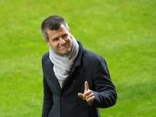 Bayern-Trainer Jens Scheuer grüßt in Richtung der Tribüne - und von der Tabellenspitze