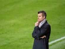 Bayern-Trainer Jens Scheuer beobachtet das Spiel