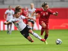 Deutschlands Lena Sophie Oberdorf (l.) im Zweikampf mit Serbiens Nina Matejic