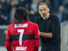 Stuttgarts Trainer Pellegrino Matarazzo (r) gibt Tanguy Coulibaly Anweisungen
