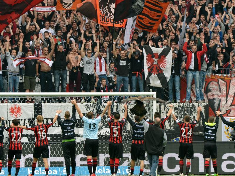 Die Frankfurter Fans feiern mit dem Bundesliga-Team, ihre U23 werden sie in Zukunft nicht mehr anfeuern können