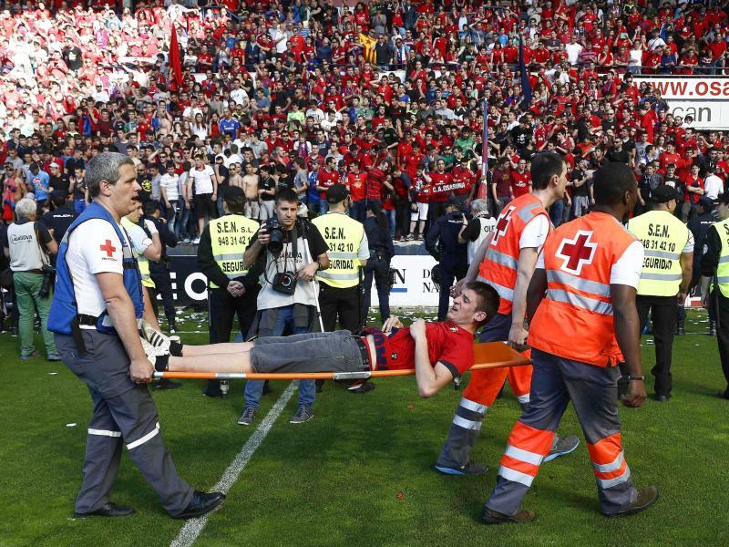 Nach dem Einsturz eines Zauns sind Helfer sofort zur Stelle und bergen die Verletzten