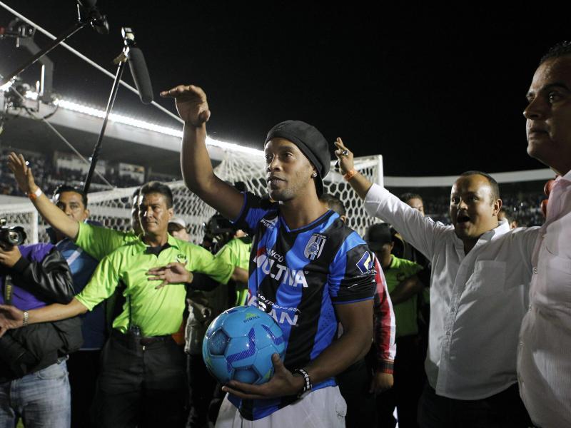 Ronaldinho (m.) wird bei den Fans im Stadion vorgestellt