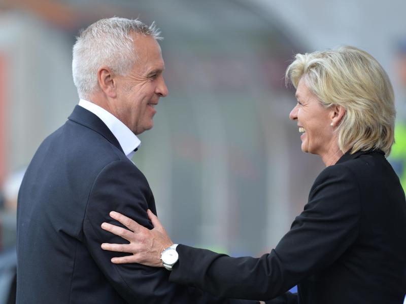 Silvia Neids Team trifft bei der WM auf die Elfenbeinküste,Thailand und das von Even Pellerud (l) trainierte Norwegen.