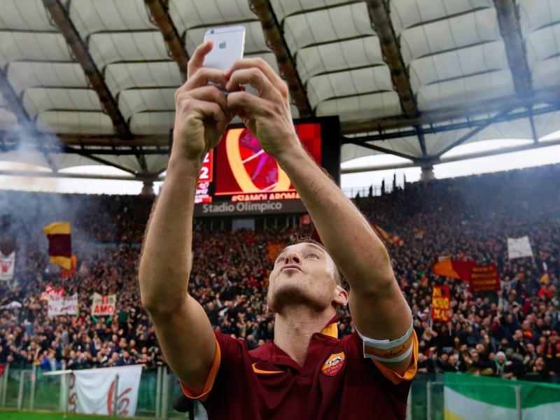 Francesco Totti feiert sein Derby-Tor zum 2:2 mit einem Selfie