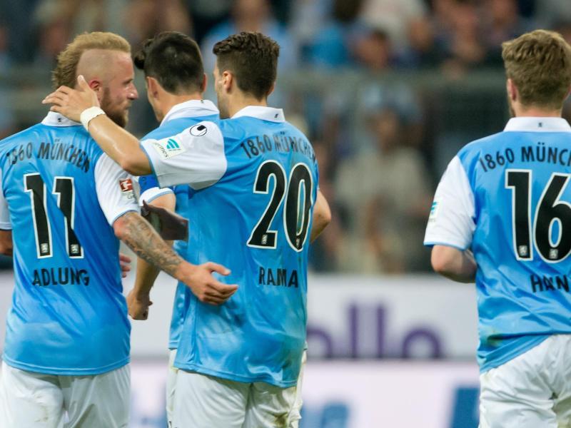 Torschütze Daniel Adlung, Valdet Rama und Stephan Hain (l-r) feiern den wichtigen 1:1-Ausgleich