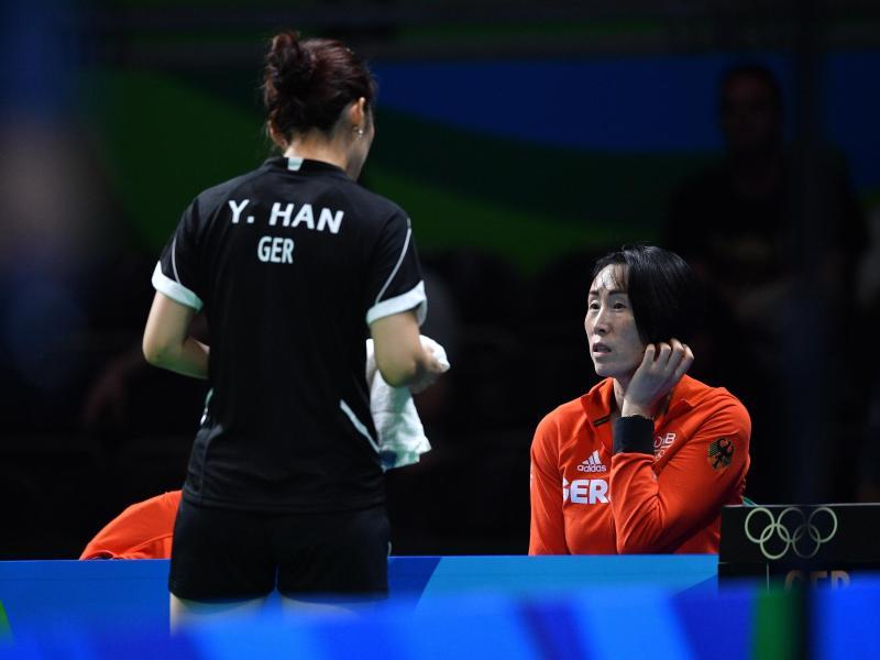 Bundestrainerin Jie Schöpp (re.) im Gespräch mit Han Ying